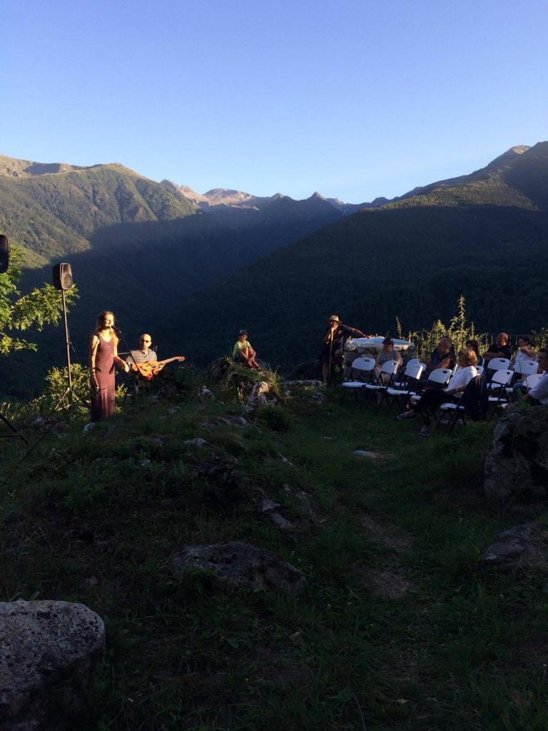 Antacanto en concert dans le théâtre de verdure de la chapelle Saint-Nicolas